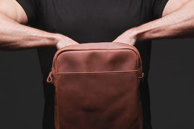 MESSENGER S. BAG // HOT BROWN